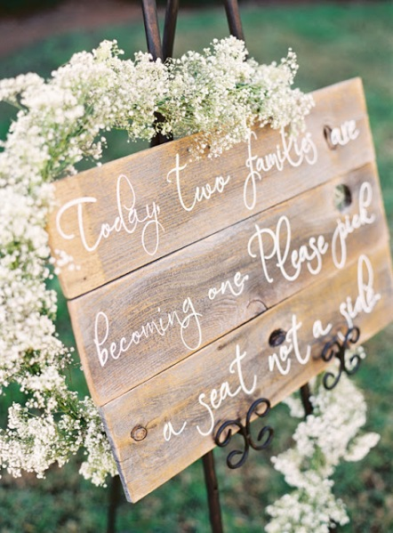calligraphy-wedding-sign-babys-breath-garland-8