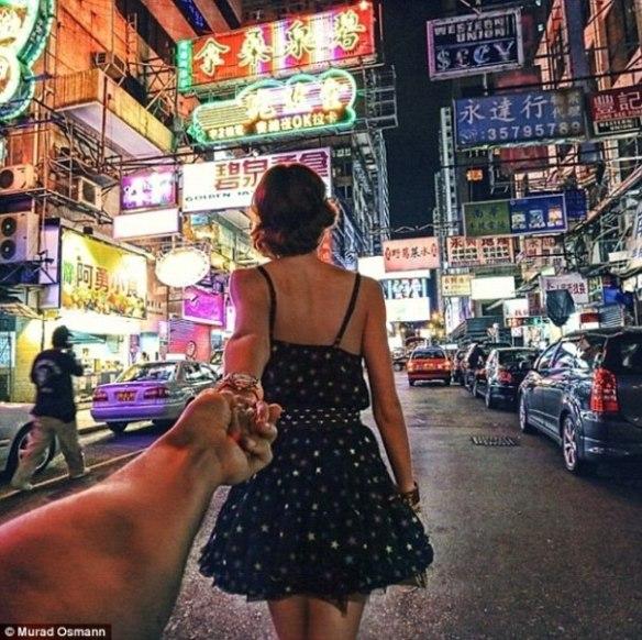 Fotógrafo Llevado de la Mano Por Su Novia a Través del Mundo